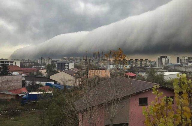 """Nori cu o forma rara, pe cerul Capitalei. Meteorolog: """"Un mister al atmosferei"""""""
