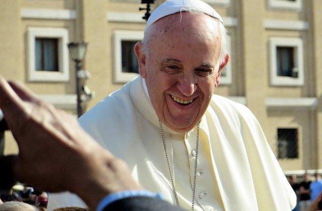 """Papa avertizeaza asupra ''virusului'' consumerismului din luna decembrie: """"Rezistati luminilor stralucitoare ale consumului"""""""