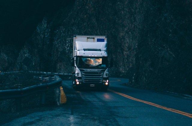 Un sofer de camion, amendat pentru ca viziona un film erotic in timp ce conducea