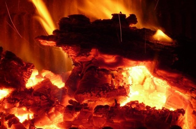 Un bebelus de 8 luni a ars de viu intr-un incendiu provocat de o soba improvizata
