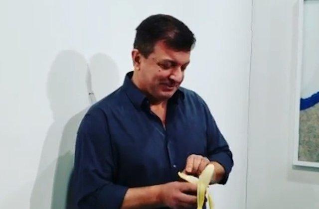 """Un artist a mancat banana vanduta cu 120.000 de dolari: """"Am asteptat sa-mi fie foame"""""""