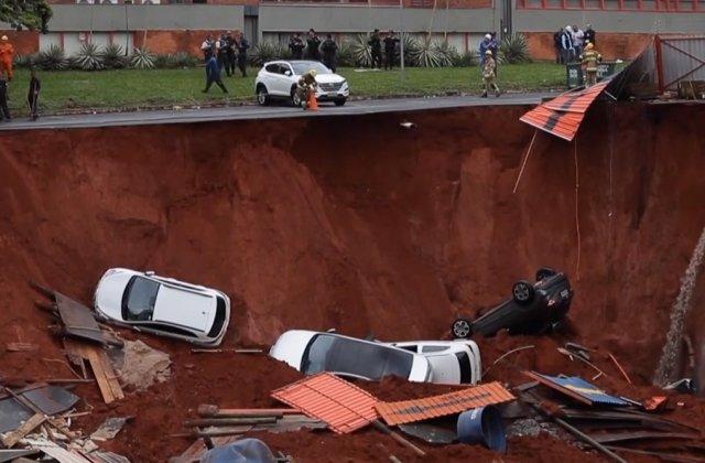 Imaginile surprinse in apropierea unui santier: Cel putin 4 masini au cazut intr-un crater format dupa ce s-a surpat soseaua /VIDEO