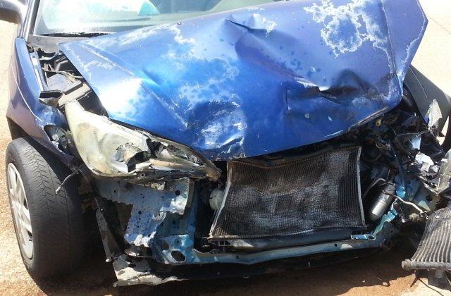O femeie insarcinata aflata la volan fara permis de conducere a intrat cu masina intr-un pom