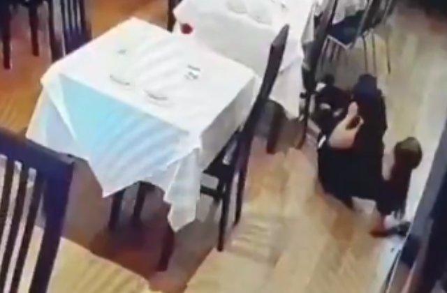 VIDEO VIRAL/ Greseala dupa greseala: Stangaciile unei chelnerite, surprinse de camera