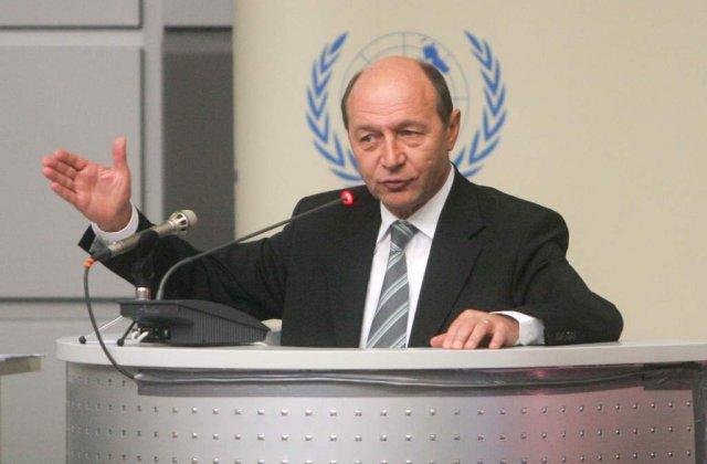 Presedintele Basescu se uita la filme pirat in Air Force One