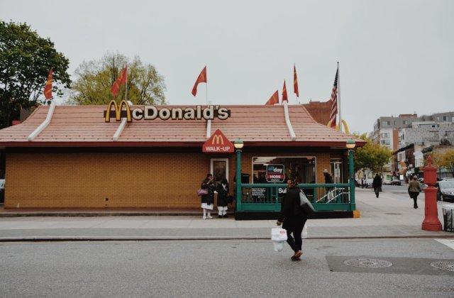 """O femeie a fost salvata de angajati McDonald`s dupa ce a mimat din buze """"Ajutor"""""""