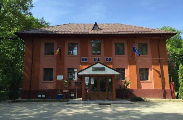 Primarul PNL acuzat ca a facut sex cu doua minore in biroul primariei, suspendat din partid