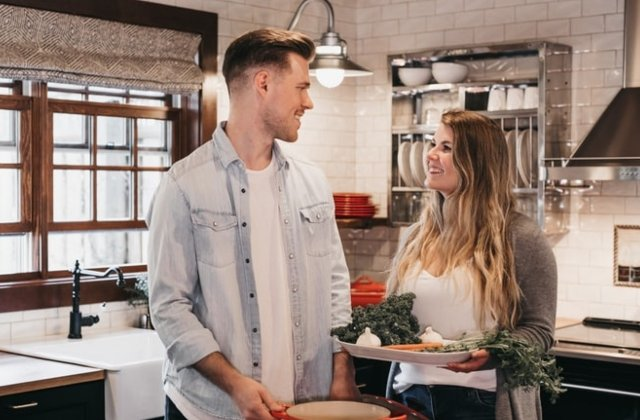 Probleme in cuplu: 9 schimbari care apar intr-o relatie cand partenerii se muta impreuna