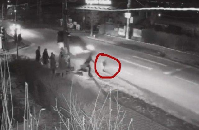 Un copil de doi ani a fost calcat de masina pe trecerea de pietoni /VIDEO
