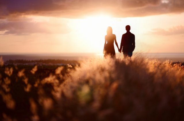 Cum stii daca te iubeste cu adevarat? 7 lucruri pe care barbatii le fac atunci cand sunt indragostiti