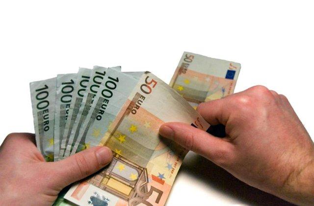 Romanii, unul dintre cele mai mici salarii minime lunare din UE