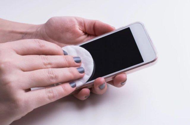 Cât timp poate supraviețui coronavirusul pe telefonul mobil