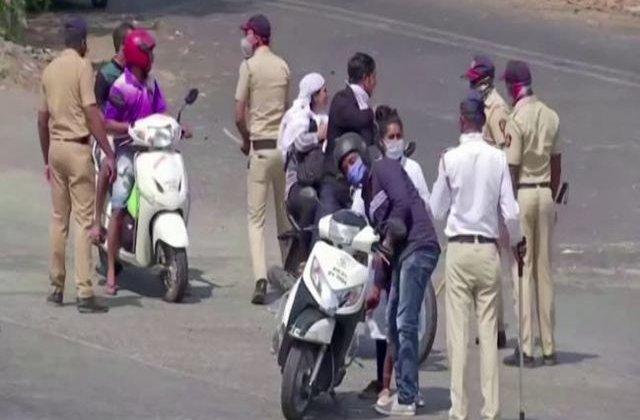 VIDEO Polițiștii din India îi bat cu bețe de bambus pe cei care nu respectă carantina