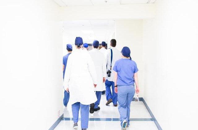 90 de asistente medicale și infirmiere, concediate în plină pandemie de Covid-19. Care este motivul