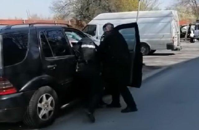 VIDEO Rromi din Timișoara, luați pe sus de jandarmi după ce au refuzat carantina