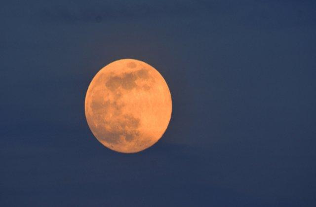 Imagini cu SuperLuna roz. Cum s-a văzut cea mai strălucitoare lună a anului