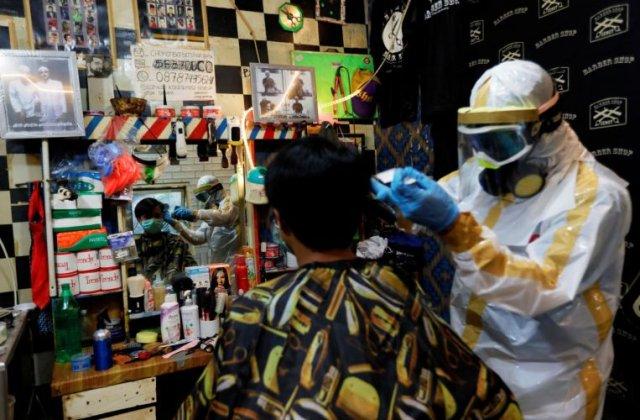 VIDEO Frizerul care tunde chiar și în timp de pandemie. Măsurile extreme de protecție pe care și le ia acesta