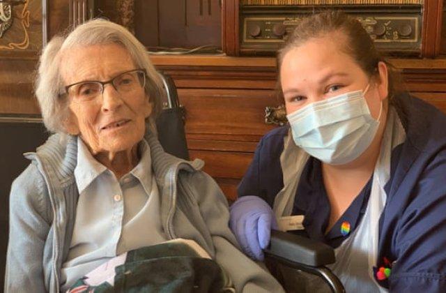 """O femeie în vârstă de 106 ani s-a vindecat de coronavirus: """"Sunt foarte norocoasă. Abia aștept să îmi văd familia"""""""