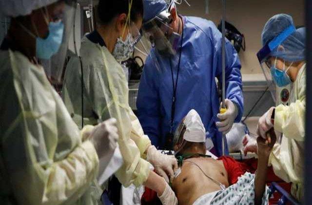 """Imagini cu impact emoțional: Cum este salvată viața unui bolnav de Covid-19. Medic: """"Trăim un coșmar"""""""