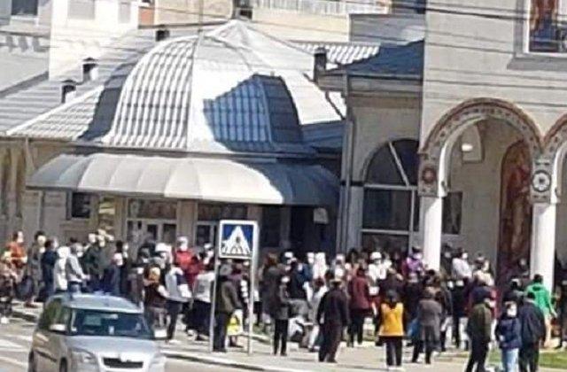 Aglomerație cu zeci de oameni la biserică pentru agheasmă de Izvorul Tămăduirii
