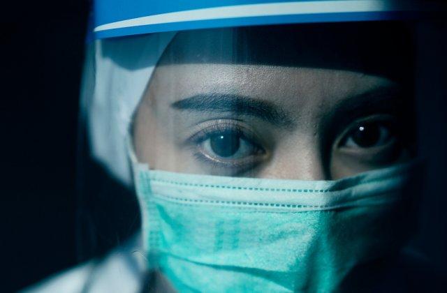 Covid-19 poate fi transmis prin ochi? Cercetătorii au descoperit virusul în lacrimi