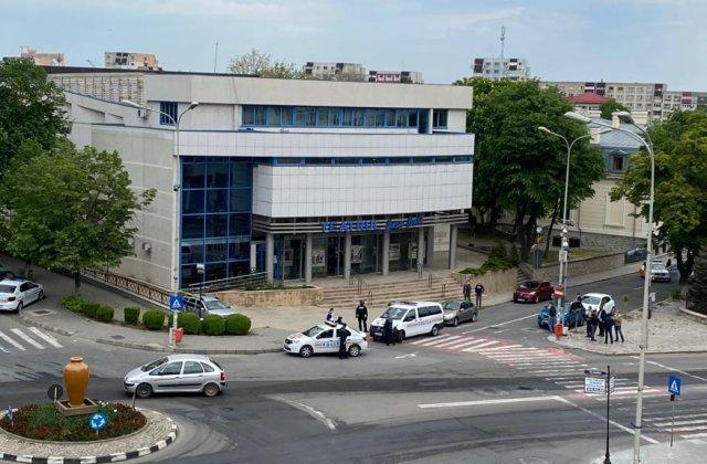VIDEO Un bărbat a anunțat că e înarmat și a luat mai mulți ostatici în teatrul din Tulcea