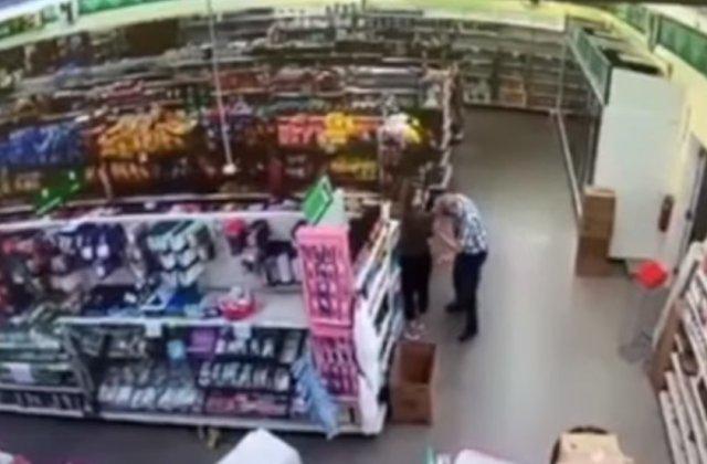 VIDEO Un bărbat și-a suflat nasul pe tricoul unei angajate dintr-un magazin. Polițiștii l-au arestat
