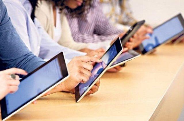 250.000 de elevi români vor primi gratuit tablete cu acces la internet