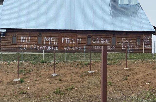 """Revoltat de zgomotul slujbelor, un maramureșean a vandalizat zidul bisericii: """"Nu mai faceți gălăgie cu c***turile voastre"""""""