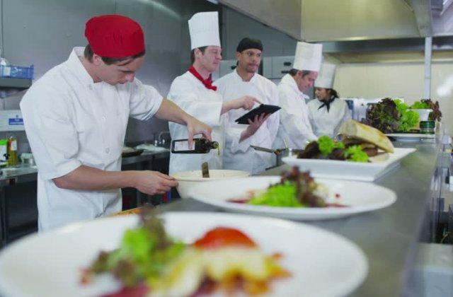 Secretele celor mai buni bucătari, dezvăluite: 7 trucuri simple care te vor ajuta să faci minuni culinare