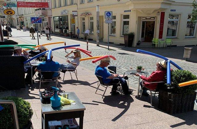 FOTO Metoda inedită prin care o cafenea își protejează clienții de coronavirus. Imaginile au devenit virale