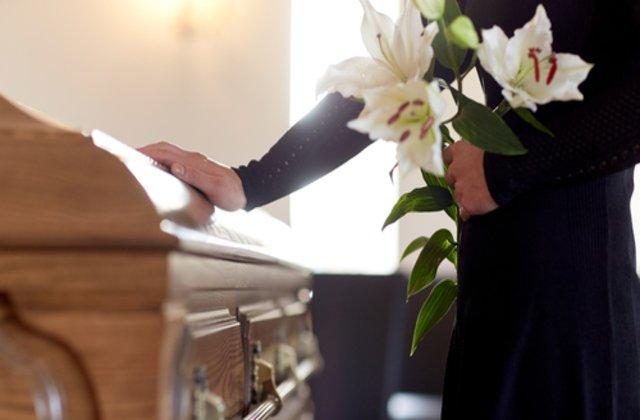 Zeci de persoane au murit după ce au mers la o înmormântare. Care este motivul