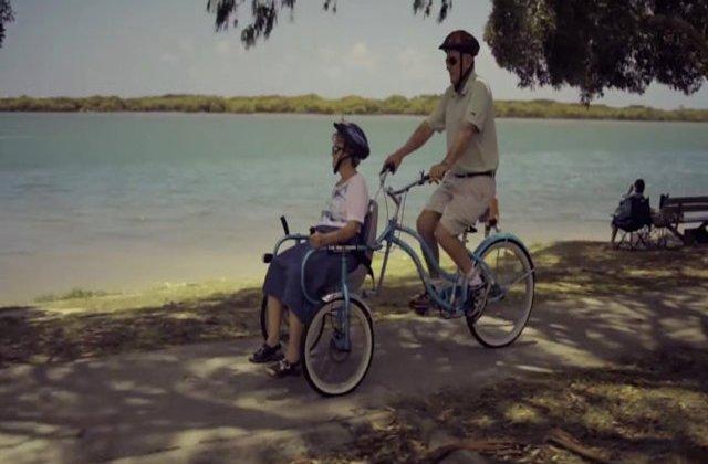 Alături la bine și la greu! A construit o bicicletă specială pentru soția bolnavă de Alzheimer