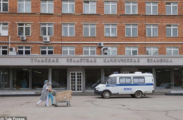 FOTO Asistentă din Rusia își tratează pacienții purtând doar lenjerie intimă pe sub combinezon