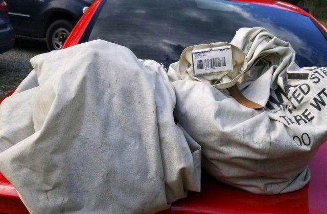 Au crezut că e un sac de gunoi, dar au găsit un milion de dolari în mijlocul drumului