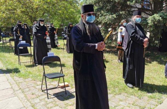 VIDEO Înmormântarea Arhiepiscopului Pimen la Sihăstria Putnei. Sute de credincioși au fost prezenți