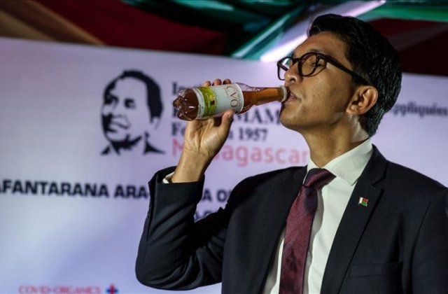 """Președintele din Madagascar promovează """"ceaiul minune"""" care te apără de virus"""