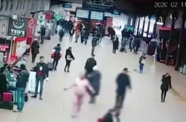 """Moment ieșit din comun în Gara de Nord. Un bărbat umbla complet dezbrăcat """"în semn de protest față de politicieni"""""""