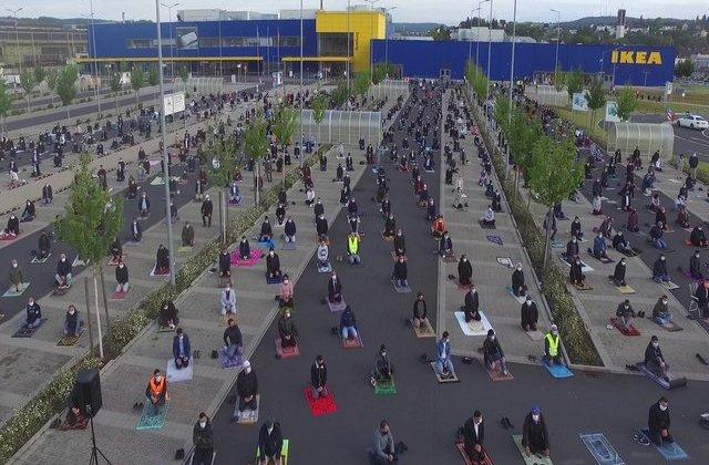 FOTO emoționant: Sute de musulmani s-au adunat la rugăciune într-o parcare IKEA