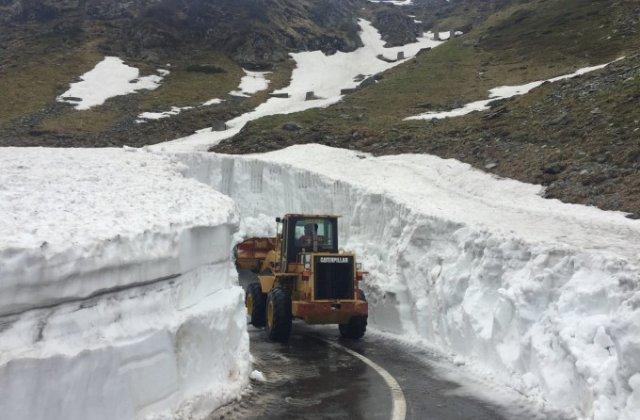 Zăpadă de 6 metri pe Transfăgărășan. Drumul ar trebui redeschis peste o lună