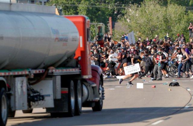 VIDEO Un șofer a încercat să intre cu un camion în protestatarii din SUA