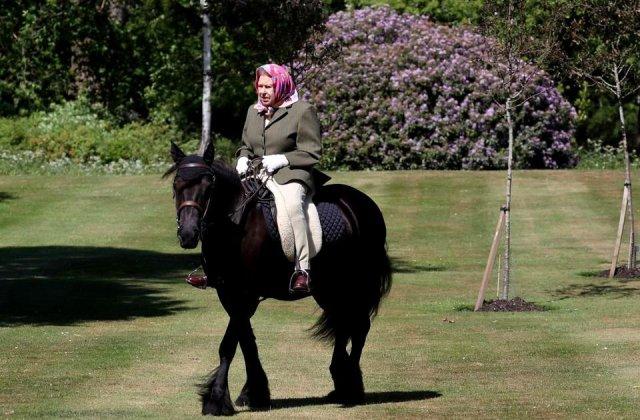 Prima apariție a Elisabetei a II-a, după 3 luni de izolare: Regina călărește în curtea castelului