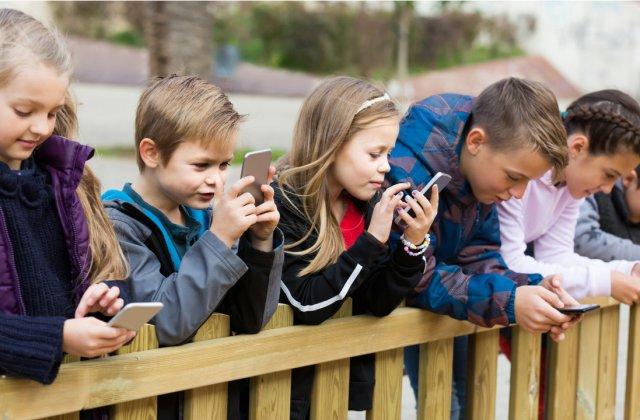 Preșcolarii cu acces la telefoane și tablete folosesc aplicații destinate adulților