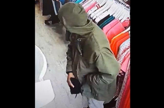 VIDEO Două femei au profitat că poartă mască și au jefuit un magazin din centrul Bacăului
