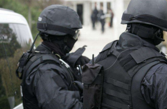 Doi tineri de 15 ani au fost reținuți de poliție pentru terorism. Au sunat la Otopeni și au făcut amenințări cu bombe