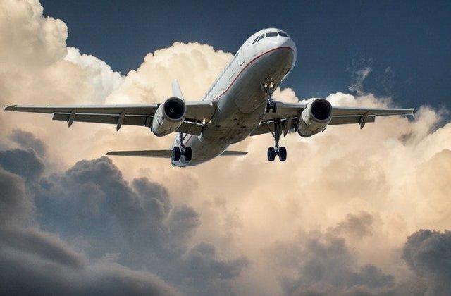 Scandal într-un avion după ce un român a refuzat să poarte mască de protecție