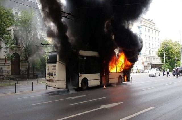 Un troleibuz a ars ca o torță în București. Reacția Gabrielei Firea
