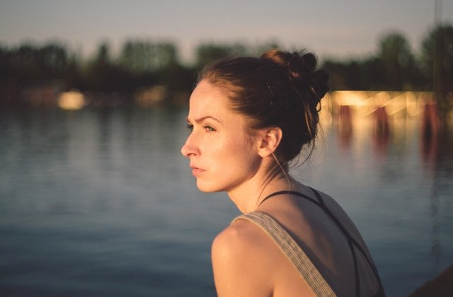 5 obiceiuri toxice care îți sabotează fericirea