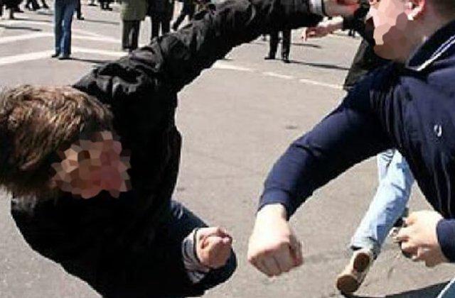 Canadian bătut de interlopi la Turda, după ce a încercat să apere un copil agresat de mama sa