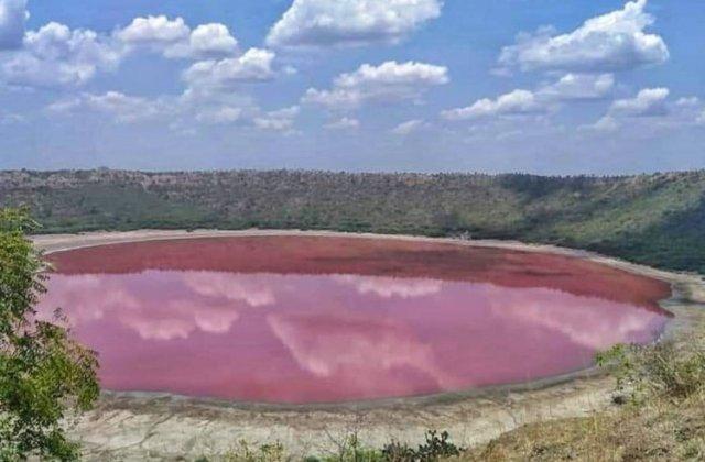 Fenomenul bizar care a făcut ca un lac vechi de 50.000 de ani să devină roz